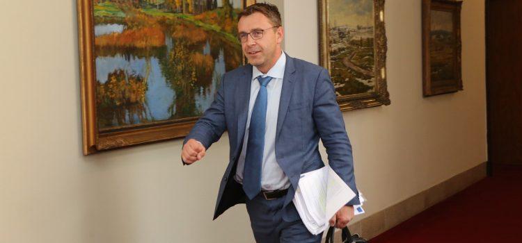 Ministr dopravy Kremlík bezostyšně předběhl frontu na rozloučení s Gottem