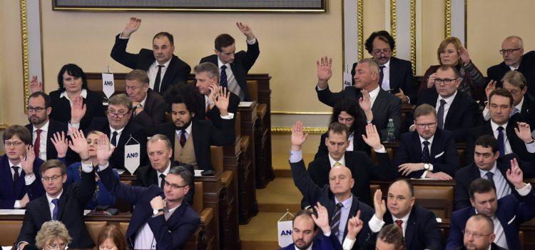 Politici si příští rok polepší, základ měsíčního platu poslanců bude 90 800 hrubého