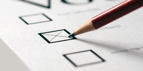 Volby by podle průzkumů opět vyhrálo ANO, posílili také Piráti