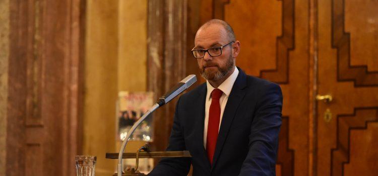 Prázdniny budou, maturitní zkoušky možná ne, oznámil ministr školství Plaga