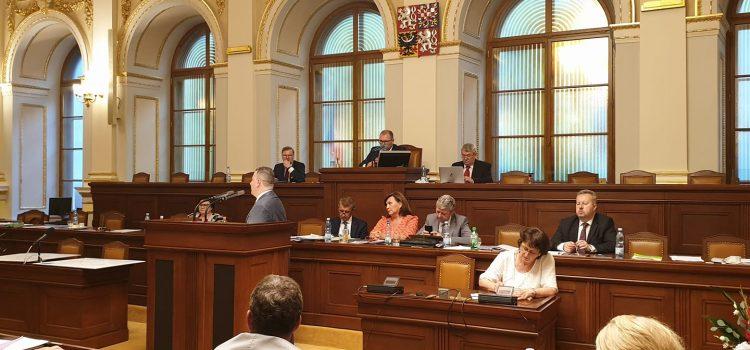 Poslanci schválili již třetí navýšení rozpočtového schodku, deficit bude 500 miliard
