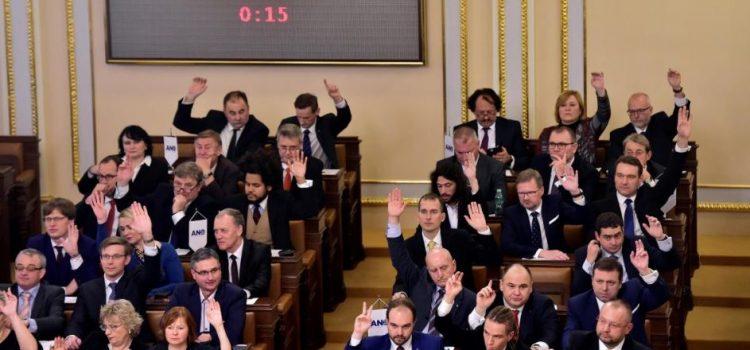 Poslanci odevzdali podpisy pro hlasování o nedůvěře vládě, hlasovat se bude ve čtvrtek