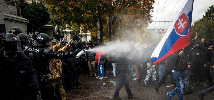 Lidé chtěli v Bratislavě vtrhnout do parlamentu, policie nasadila těžkooděnce a slzný plyn